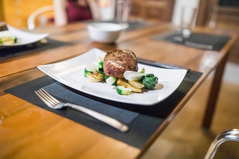 Kocken meny erbjuder ett urval av sofistikerade rätter som Beef Tenderloin, Mahi Mahi och mycket mer!