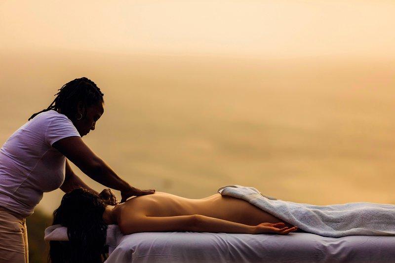 Dyka in Bliss och överlämnande till Brenda expert händer för en oförglömlig utomhus massage
