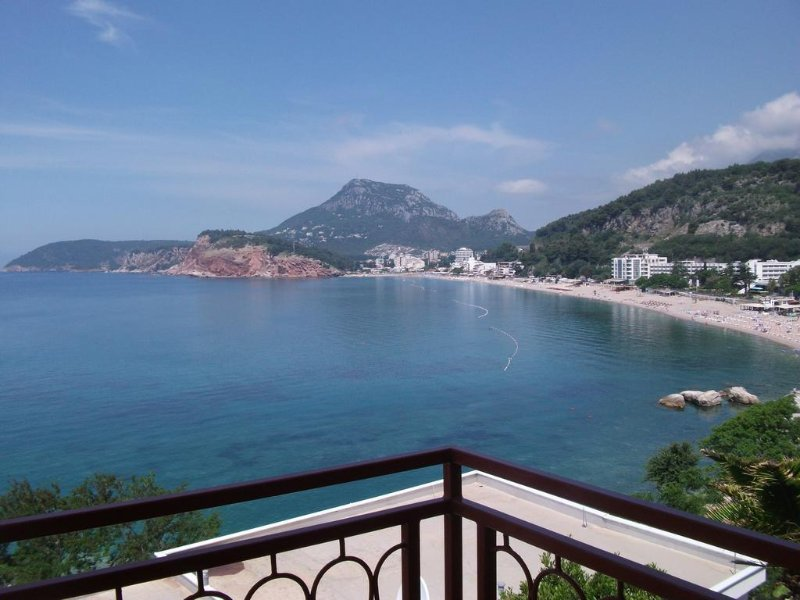 Apartment with sea view and a long balcony (5 beds) in Sutomore in Montenegro, holiday rental in Zagrade