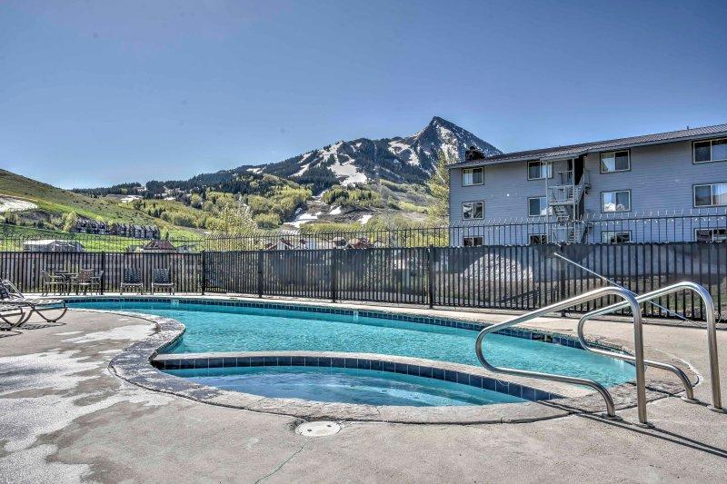 ¡Disfruta de los servicios del complejo y de las fantásticas vistas a las montañas desde este alquiler de vacaciones!