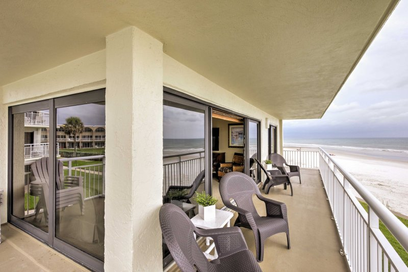 New Smyrna Beach Condo w/Beach View & Pool Access!, vacation rental in Edgewater