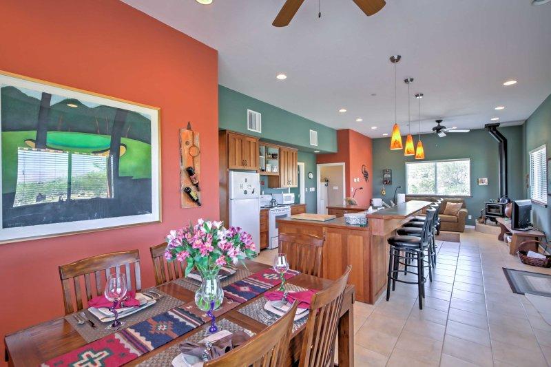 Des couleurs vibrantes, une lumière naturelle et un décor du sud-ouest remplissent l'intérieur.