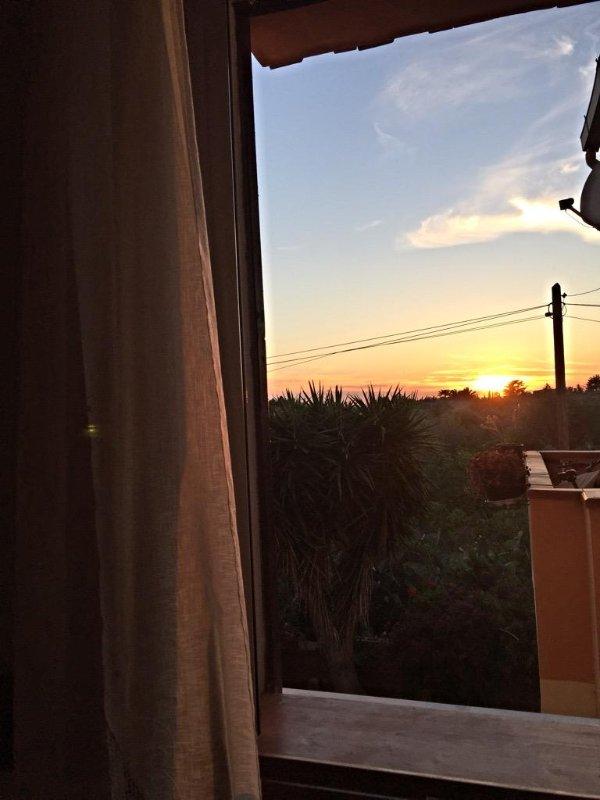 Der Sonnenuntergang, der vom Eingang des Hauses zu sehen sind