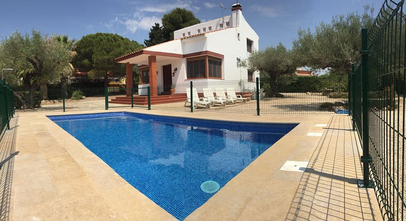 Beach House Beside The Sea (with new Swimming Pool), aluguéis de temporada em L'Ampolla