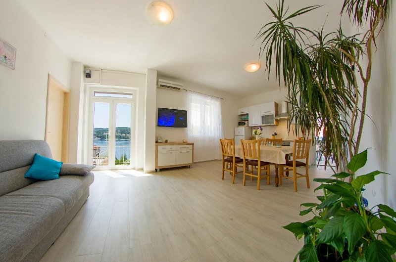 Capacious decorated apartment for 9 with 3 bedrooms and sea view, location de vacances à Sumartin