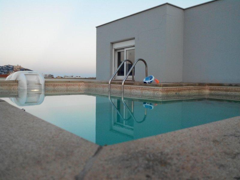 El vigata, penthouse, atique, duplex, piscine privée sur toit !!!, holiday rental in Roses