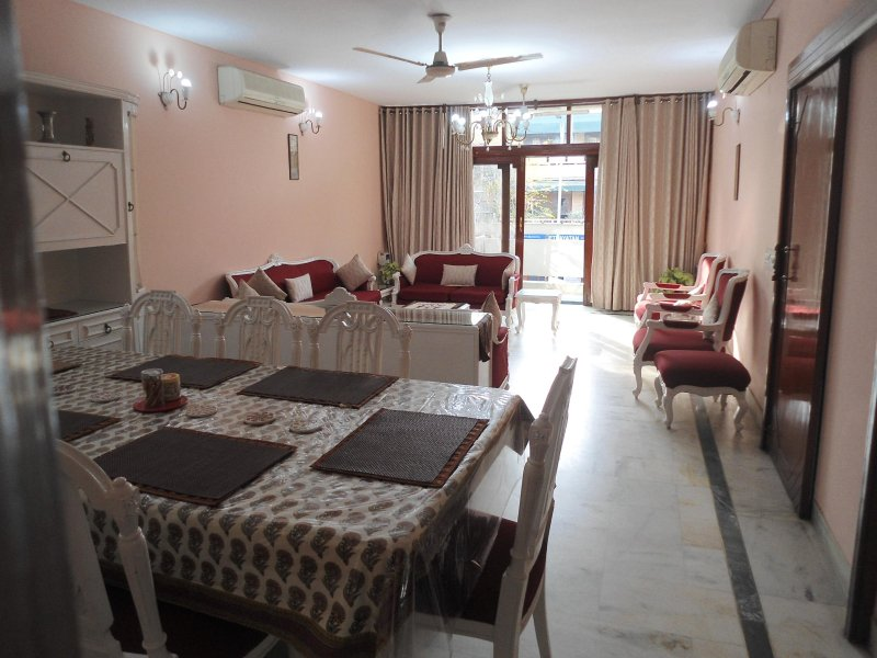 4 BHK South Delhi, with cook @ GK2 -Harmony Suites, vacation rental in Sahibabad