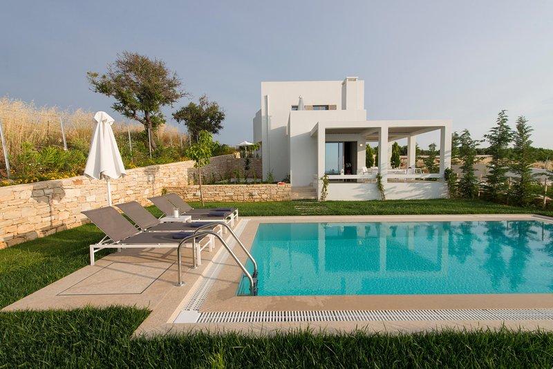 Villa Basilico, brand new with private pool, near the beach, Sofia Luxury Villas, alquiler vacacional en Roumeli