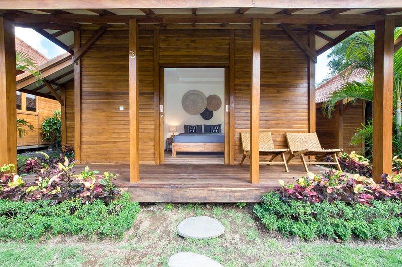 bungalow Orora in legno di teak con aria condizionata e connessione WiFi gratuita ad alta velocità, di fronte alla grande piscina