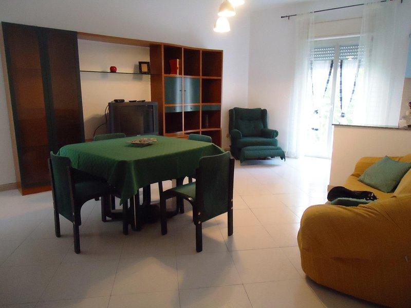 Appartamento recentemente ristrutturato a 5 km dal mare, holiday rental in Montelepre