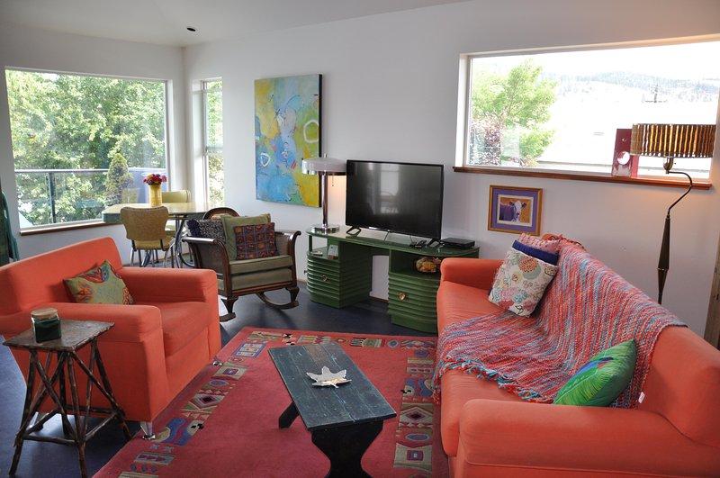 , Espaço colorido brilhante com sofá-cama de solteiro