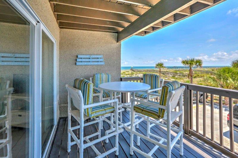 Ver el amanecer con una taza de café caliente desde el balcón privado del apartamento.