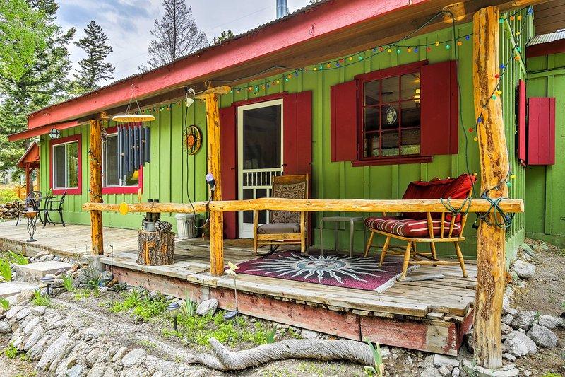 Relajarse en la belleza y la serenidad de las Montañas Rocosas durante su estancia en 'Santuario Río de Lily,' un tranquilo de 2 dormitorios, 1 cuarto de baño cabina de alquiler de vacaciones en Buena Vista.