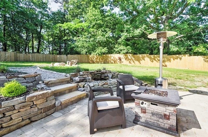 Der geräumige und gepflegter Garten bietet eine große Sitzecke, Feuerstelle im Freien und Sauna.