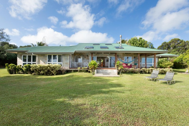 Custom Built Stone Sided 3 Bedroom Home on 10 acre Private Estate, vacation rental in Hawi