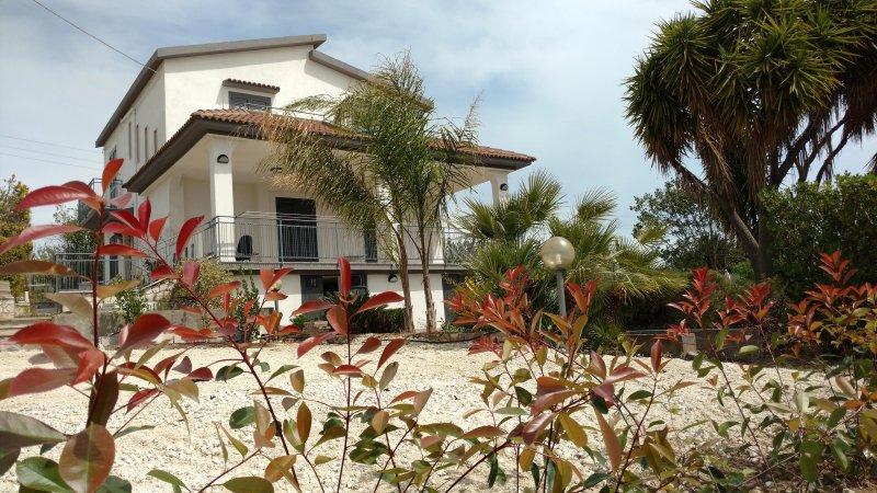 Villa indipendente su due livelli mono-bifamiliare nella campagna 'Sicana', vacation rental in Naro