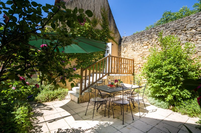 L'ABRI - COSY TWO BED TWO BATH COTTAGE IN DOMME WITH PRETTY PRIVATE COURTYARD, alquiler vacacional en Domme