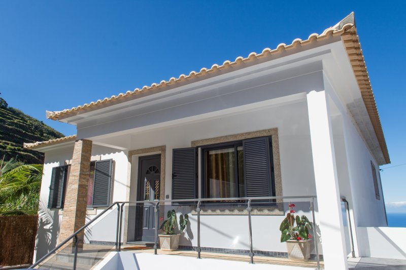 """VENIK HOUSE"" – relaxing – panoramic view – mountains and sea – with barbecue, location de vacances à Arco da Calheta"