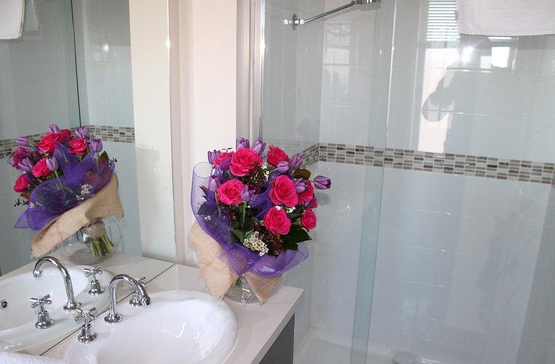 Ein Bad mit Dusche
