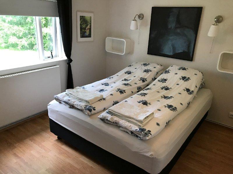 Belle et chaleureuse chambre double, à seulement 10 minutes à pied du centre-ville de Akureyri.