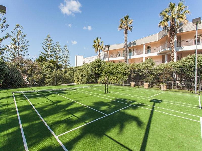 1 de tamaño completo y 2 pistas de tenis media cancha