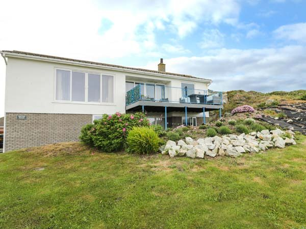 TRITONS REACH, luxurious bedrooms, garden and balcony, sea views in Lon isallt, vacation rental in Trearddur Bay