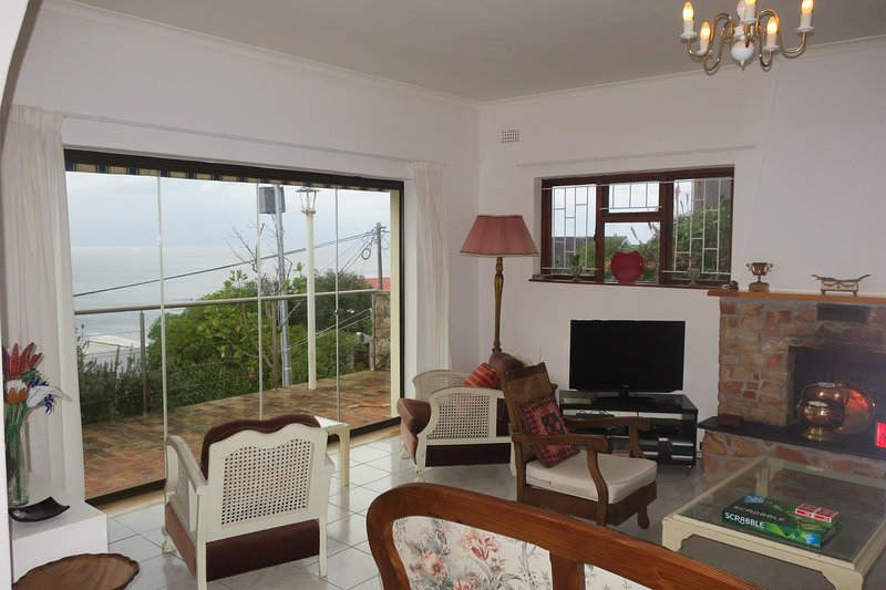 Hay dos sofás de dos plazas mirando por la ventana, perfectamente situados para relajarse mientras disfruta de la vista