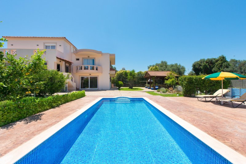 luxury villa fully equipped,with swimming pool, holiday rental in Paradeisi