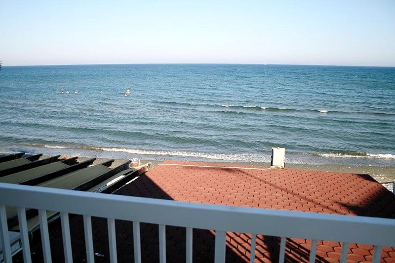 Holiday house by the beach, 2 bedrooms, holiday rental in Pervolia