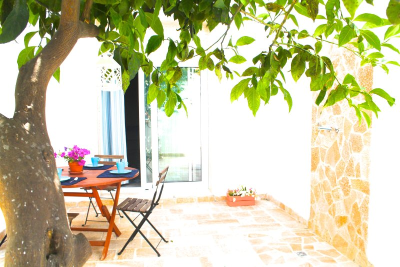 Breakfast is the most important meal of the day. At your disposal a table in the garden.