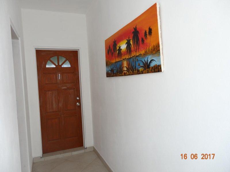 Megan entrada del apartamento