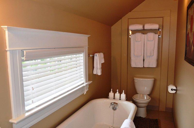 Arcata Stay Gateway Stay 2 BD / 2 BA location vacances chambre principale king Cal salle de bains