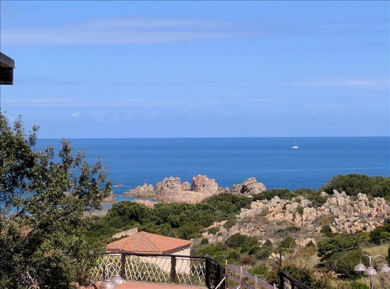 Sea View Apartment, Only 6 mins Walk To Beach., holiday rental in Isola Rossa