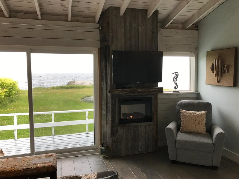 8ft openslaande deuren met uitzicht op de oceaan, open haard en een flatscreen TV!