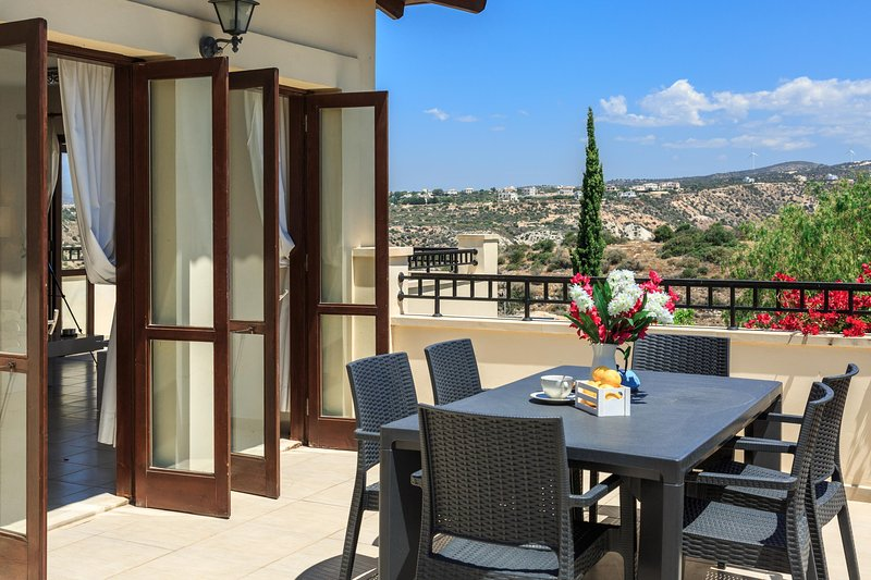 Stylish and spacious 2 bed apartment in Aphrodite Hills with breathtaking views, holiday rental in Amargeti