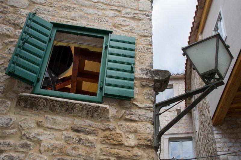 rebord de la fenêtre historique de Salona à partir du site d'origine de Split (connu sous le nom Salona)