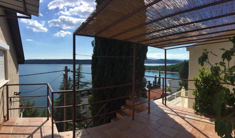 Terrasse avec vue sur la mer, endroit idéal pour se détendre