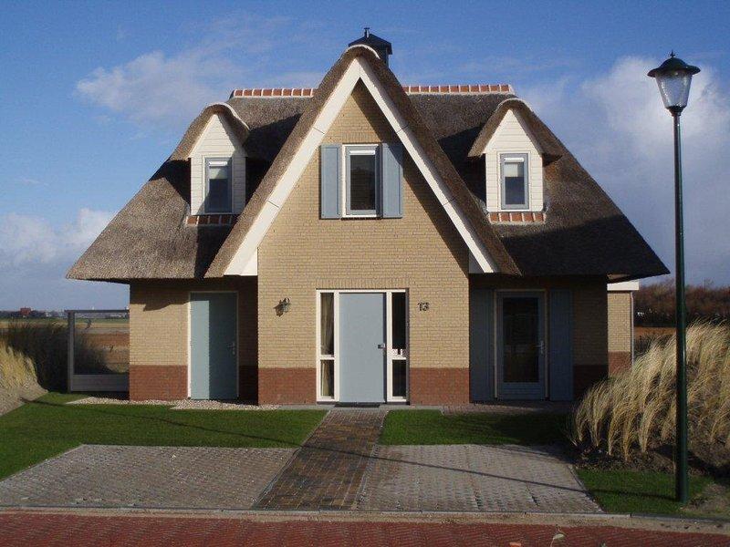 Traumhaftes freistehendes Reetdach Ferienhaus in Julianadorp, Nordholland, aluguéis de temporada em Breezand