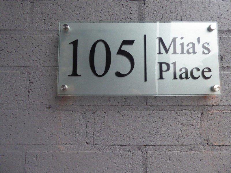 placa de identificación en el exterior del edificio