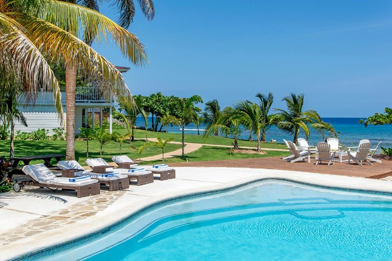 Spanish Cove - Runaway Bay 4 Bedroom Beachfront – semesterbostad i Runaway Bay
