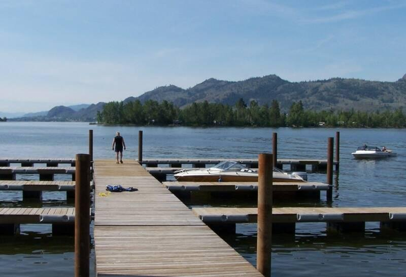 Beautiful Lakefront Condo - Great Rates! Book Now for Spring/Summer 2018!, location de vacances à Osoyoos