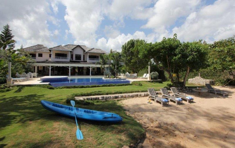 Selah - Runaway Bay 4 Bedroom Beachfront – semesterbostad i Runaway Bay