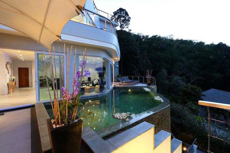 Villa Namaste - 6 BR Sea View, 5 mins to Beach, aluguéis de temporada em Thalang District