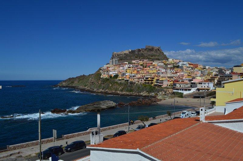 Vista desde el balcón a la romántica localidad de Castelsardo y la playa