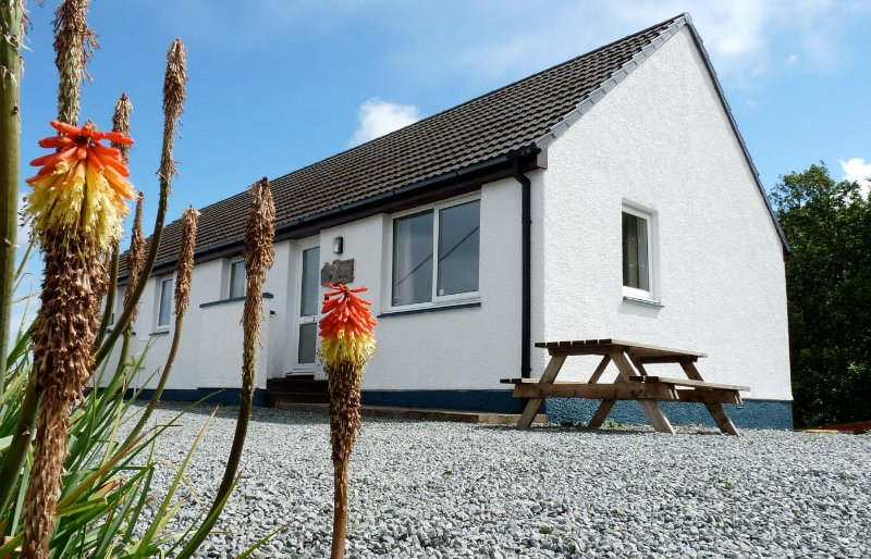Alan's House, semi-detached cottage overlooking Staffin Bay, holiday rental in Kilmaluag