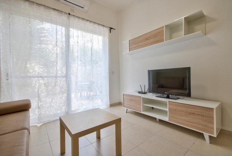 Contemporary, Gzira 2-bedroom with outdoor space, aluguéis de temporada em Il Gzira