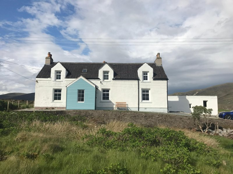 Ardview house is a luxurious 4 bedrooms, 2 story holiday cottage in Ilse of Harris