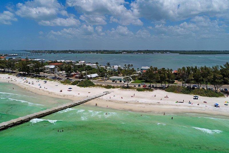A pocos pasos de las impresionantes aguas de la playa y del Golfo.