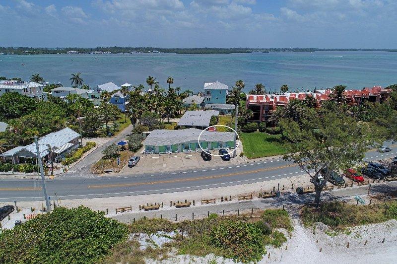 Vista aérea, cerca de la playa y la bahía.