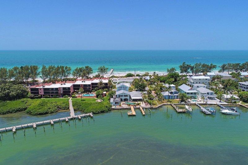 Vista aérea de la casa del lado de la bahía.